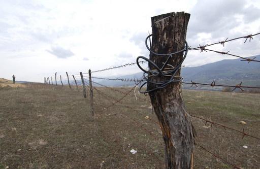 Граница осетия колючая проволока пограничный столб