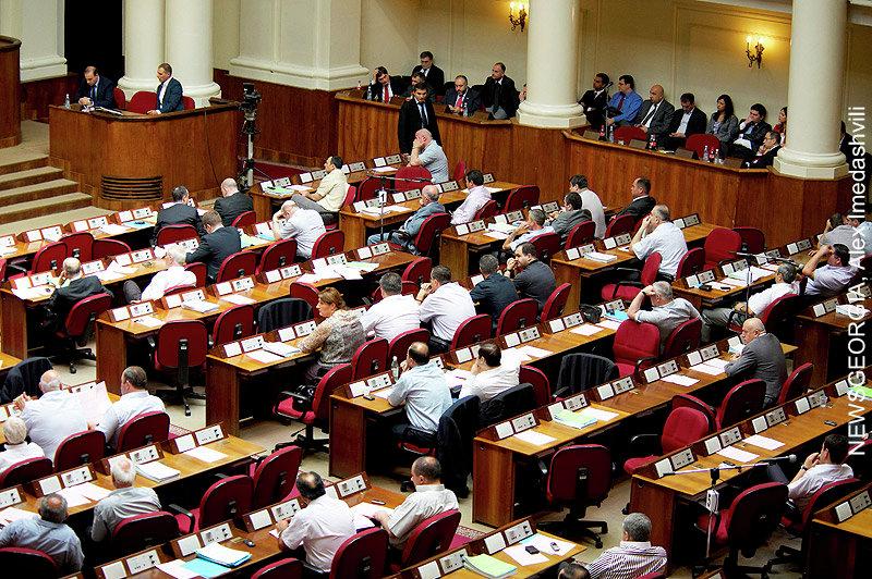 парламент, в ложе сидит правительство