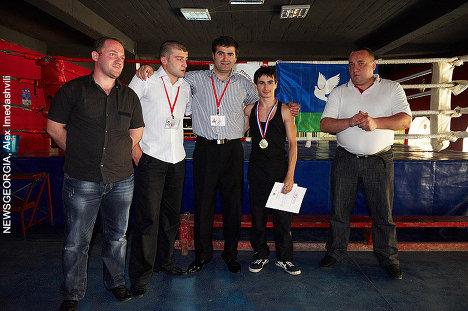 Ираклий Векуа и Шота Келдишвили ( в центре)