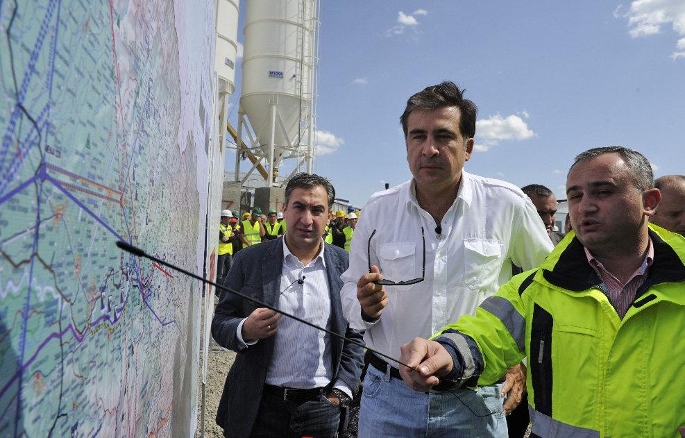 Михаил Саакашвили на строительстве ГЭС