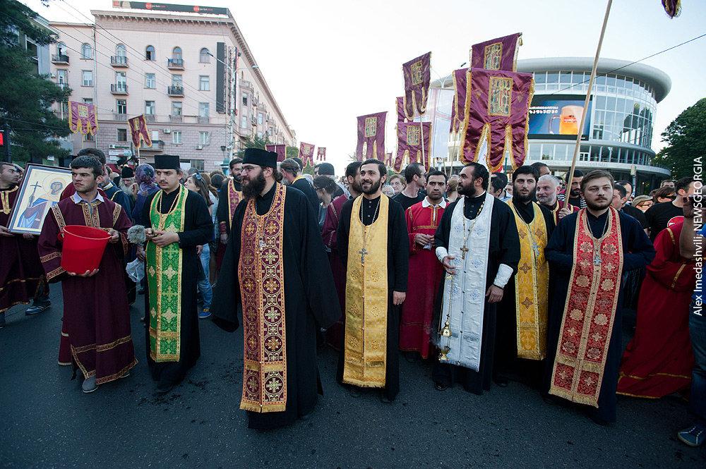 шествие верующие священники