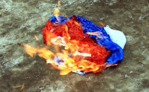 В Поти сожгли российский флаг