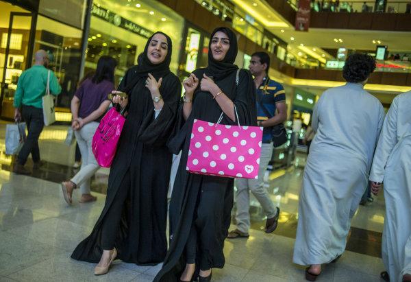Женщины в торговом центре Дубай Молл.