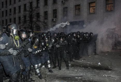 Бойцы сил правопорядка во время беспорядков возле здания Администрации президента Украины на Банковой улице в Киеве.