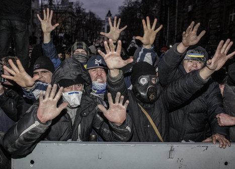 Участники акции сторонников евроинтеграции Украины во время беспорядков возле здания Администрации президента Украины на Банковой улице в Киеве.