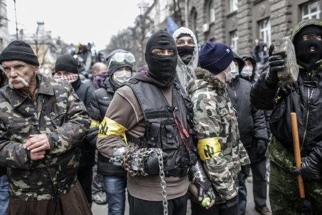 Столкновения сторонников евроинтеграции Украины с бойцами сил правопорядка во время беспорядков возле здания Администрации президента Украины на Банковой улице в Киеве.