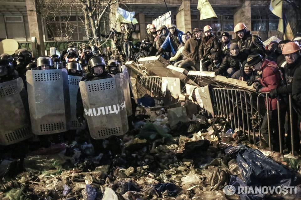 Сотрудники правоохранительных органов Украины у баррикад сторонников евроинтеграции на площади Независимости в Киеве.