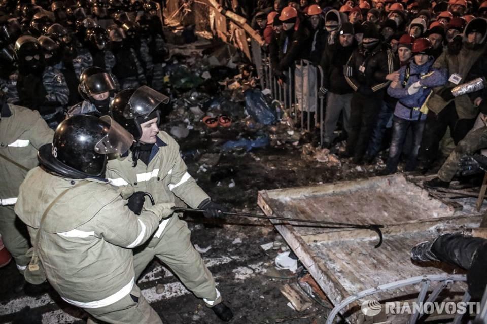Сотрудники пожарной охраны во время штурма баррикад сторонников евроинтеграции на площади Независимости в Киеве.