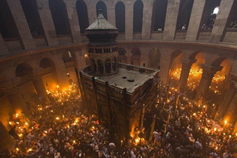 Церемония схождения Благодатного Огня в церкви Гроба Господня в Иерусалиме