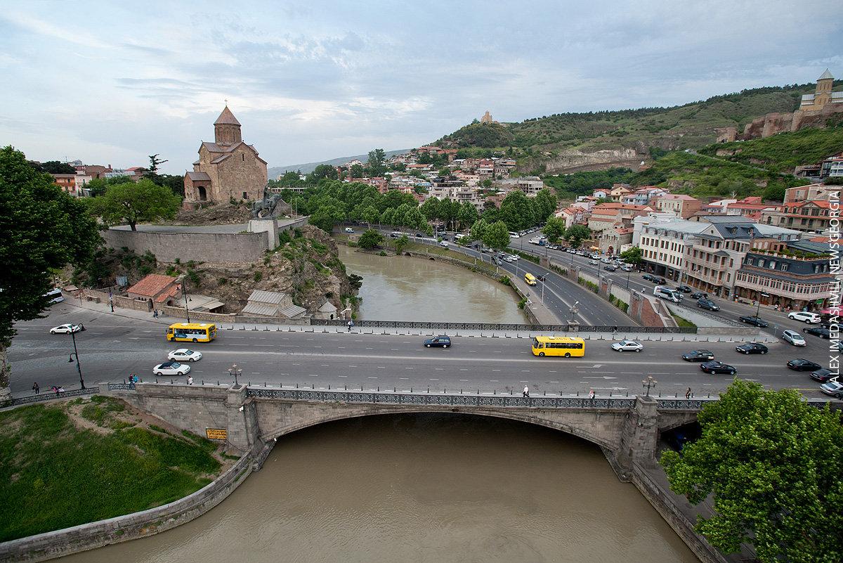 Тбилиси, вид на Метехский мост и Метехскую церковь