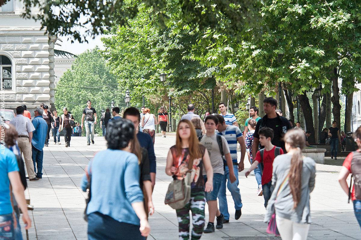 улицы Тбилиси, молодежь, лето