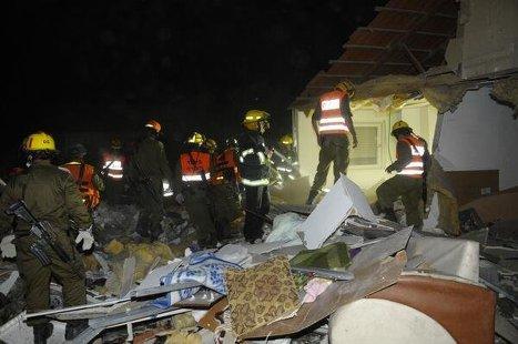 Последствия ракетного обстрела города Беэр Шева, Израиль.