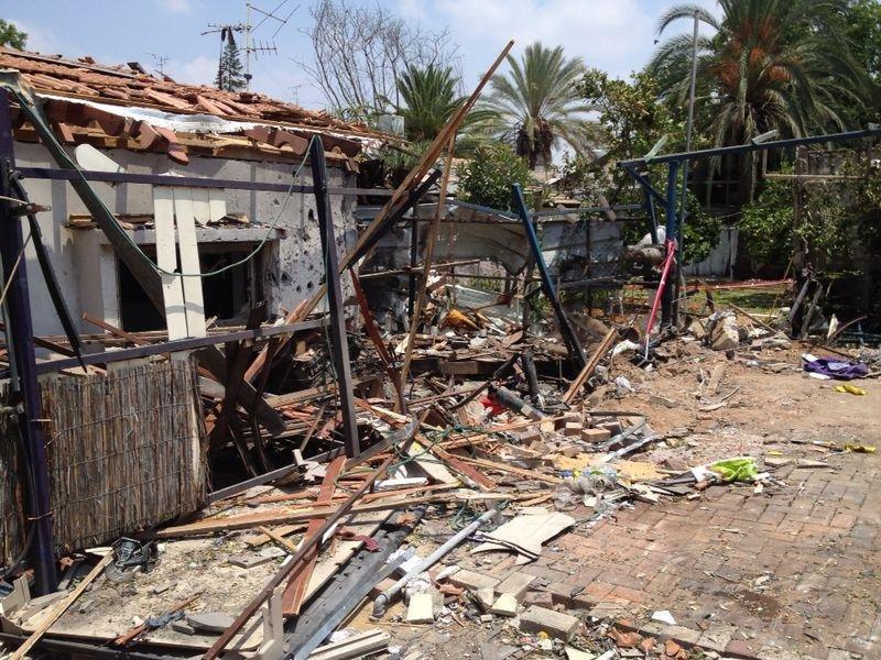Последствия ракетного обстрела города Ихуд, Израиль.