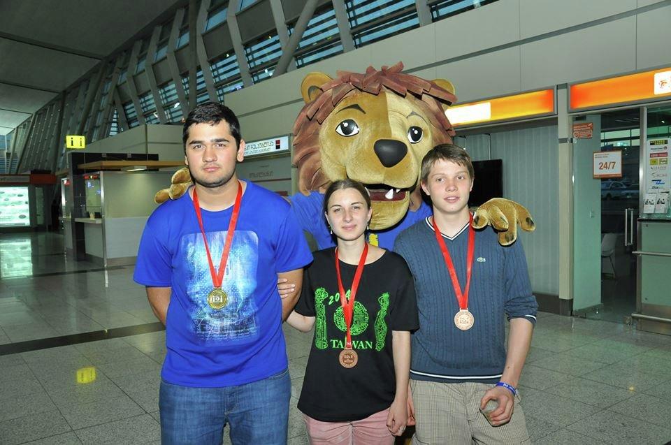 Грузинские школьники на олимпиаде по информатике