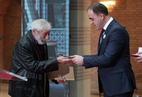 Давид Нармания присваивает звания Почетного тбилисца