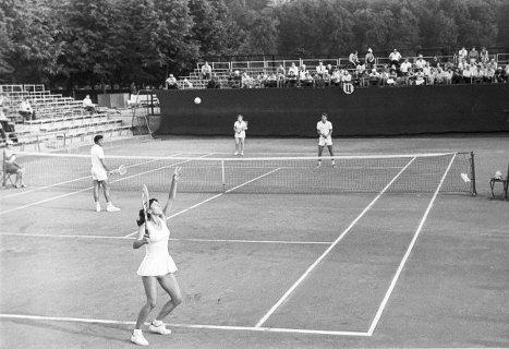 Советские теннисисты Ольга Морозова и Александр Метревели во время выступления в смешанном парном разряде на Московском международном теннисном турнире. 1975 г.