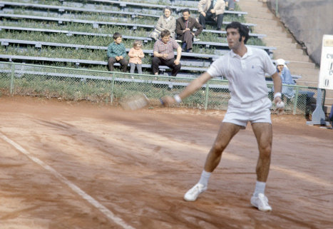 Заслуженный мастер спорта СССР, чемпион СССР по теннису в одиночном разряде Александр Метревели. 1973 г.