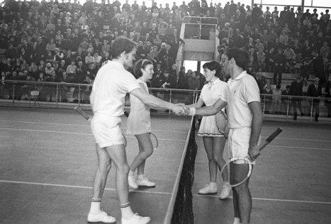 Участники финальной встречи смешанных пар международного турнира по теннису Ольга Морозова и Александр Метревели (СССР, справа) и Нелл Трумэн и Джон Клифтон (Великобритания). 1970 г.
