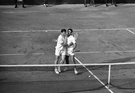 Теннисисты Сергей Лихачев (слева) и Александр Метревели после выигрыша в полуфинальной парной встрече между сборными командами СССР и Чили на Кубке Дэвиса по теннису. 1967 г.