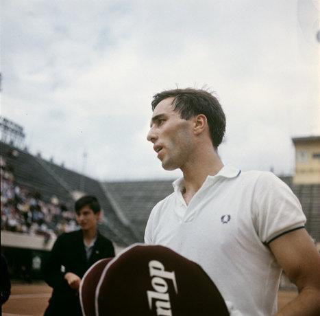 Один из сильнейших теннисистов мира Александр Метревели на международном турнире по теннису. 1966 г.