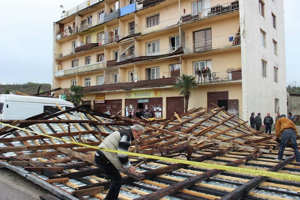 Ветер сорвал крышу с дома в городе Цаленджиха