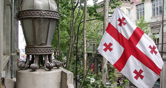 Старинный фонарь и флаг на здании НБГ в Тбилиси