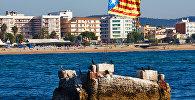 Флаг Каталонии на побережье Средиземного моря в городе Бланес