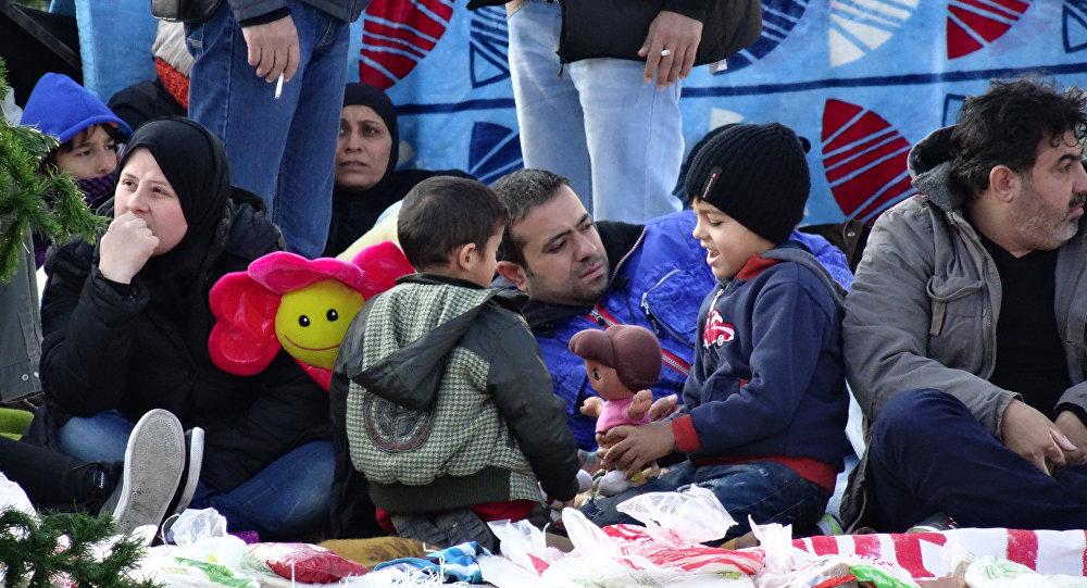 Сирийские беженцы проводят массовую голодовку возле парламента Греции