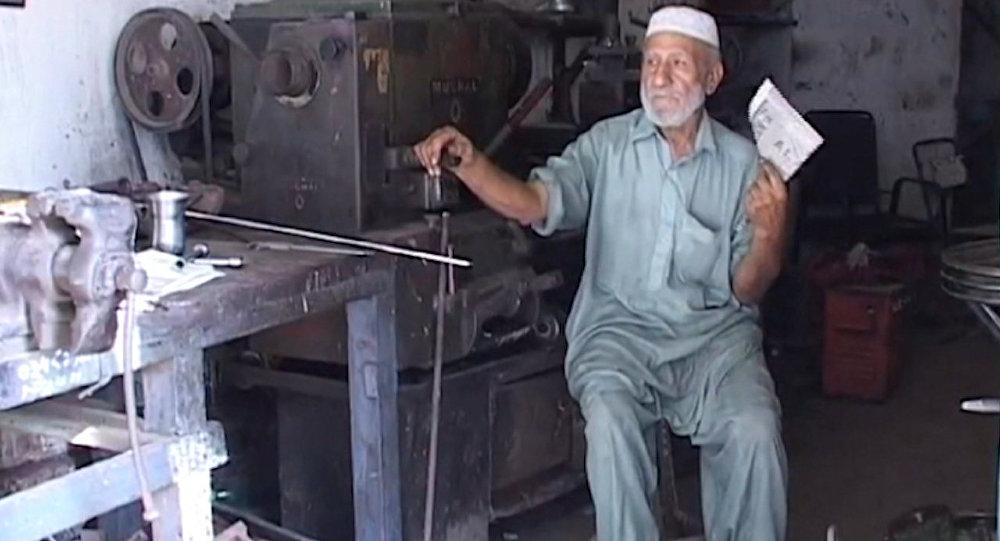 Пакистанцы прятались в тени и обмахивались газетами  во время аномальной жары