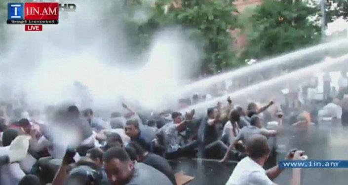 В Ереване водометами разгоняли акцию против роста цен на электричество