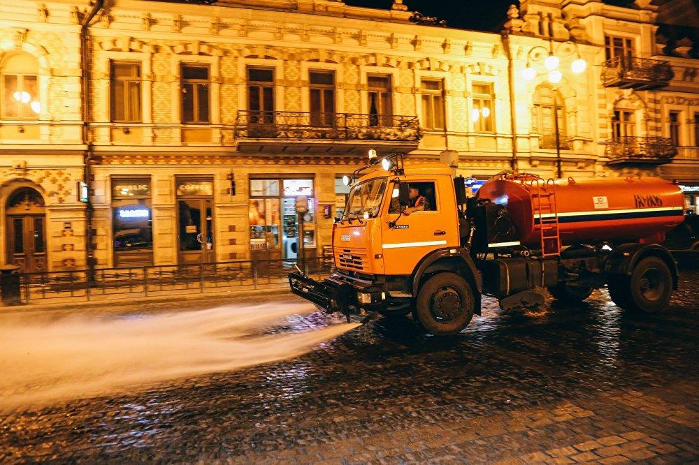 Представители городских служб с 12:00 ночи до 7 утра проводили уборку центральных улиц Тбилиси.