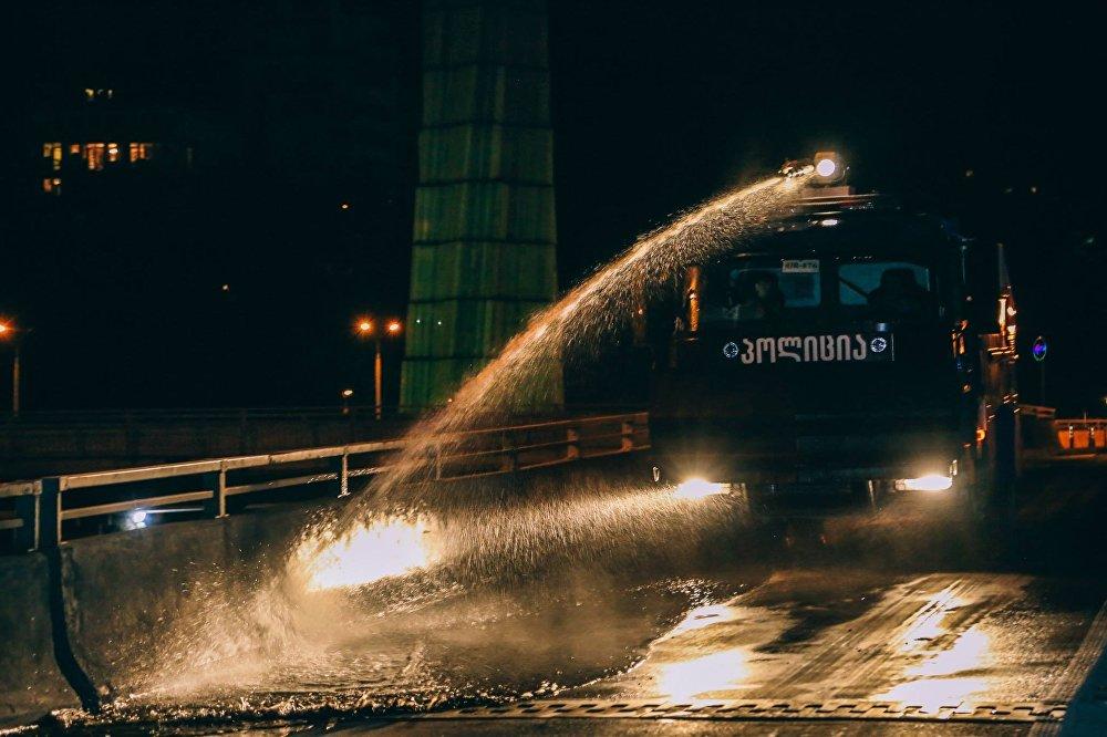 В наведении чистоты на улицах Тбилиси была задействована техника спасателей и МВД Грузии.