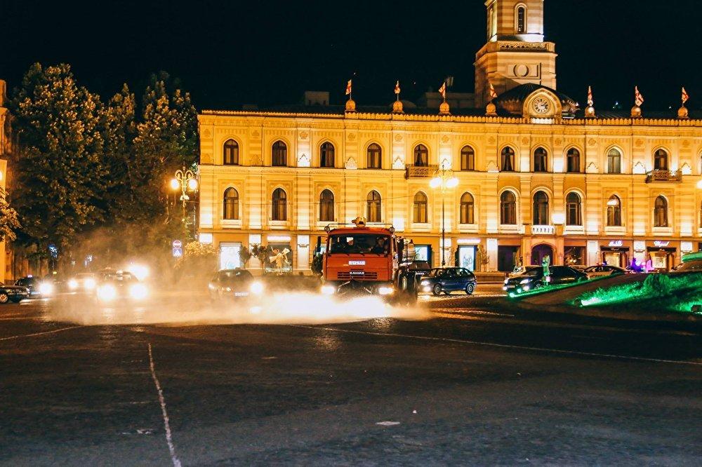 На фото - идет уборка площади Свободы в центре Тбилиси.