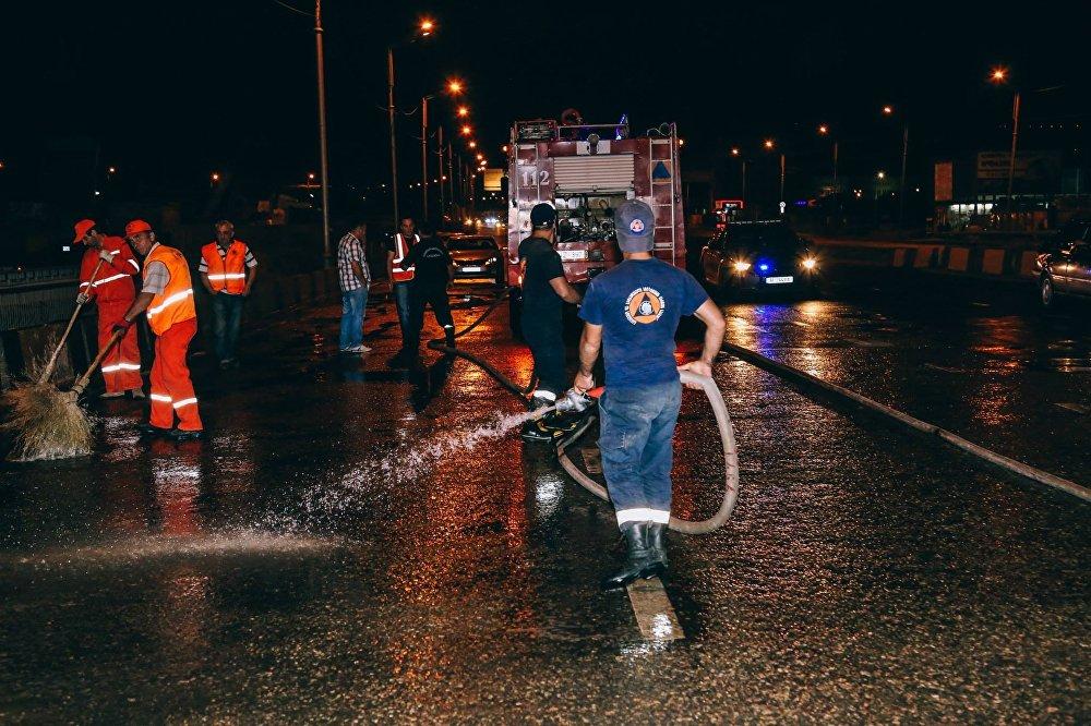 Сотрудники предприятия Тбилсервис групп и службы спасателей убирают Тбилиси.