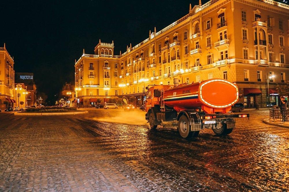 Работы по уборке ведутся на площади Марджанишвили.