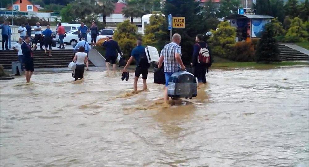 Пассажиры по колено в воде несли багаж из затопленного аэропорта Сочи