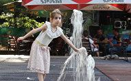 Жители Тбилиси спасаются от сильной жары