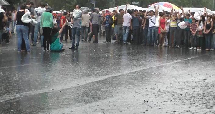 Митингующие ереванцы пели песни и танцевали под дождем во время протестов