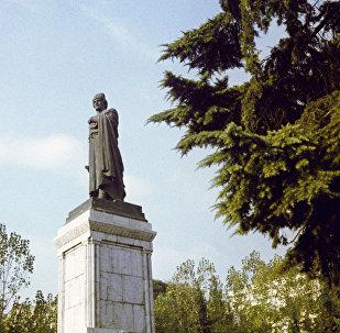 Вид на памятник Шота Руставели
