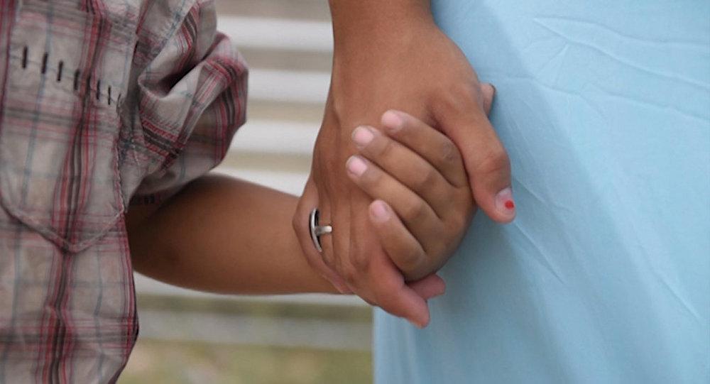 Запихал ей руку