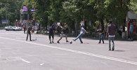 Протестующие в центре Еревана играли в футбол на проезжей части