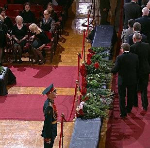 Прощание с экс-премьером РФ Примаковым: оркестр, цветы и почетный караул
