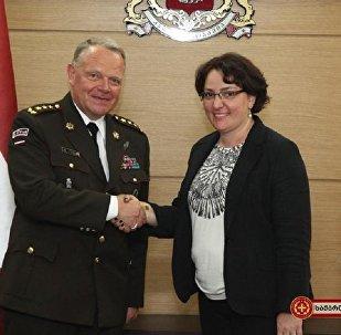 Министр обороны Грузии Тинатин Хидашели и командующий Национальными вооруженными силами Латвии, генерал-лейтенант Раймонд Граубе