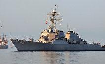 Американский эсминец Джон Маккейн при входе в бухту Золотой Рог