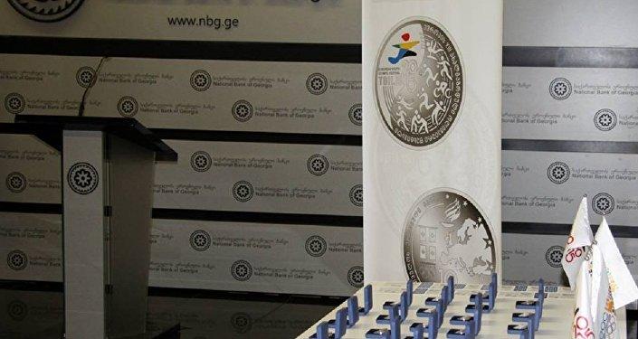 Выпущена серебряная монета к 20-летнему юбилею лари