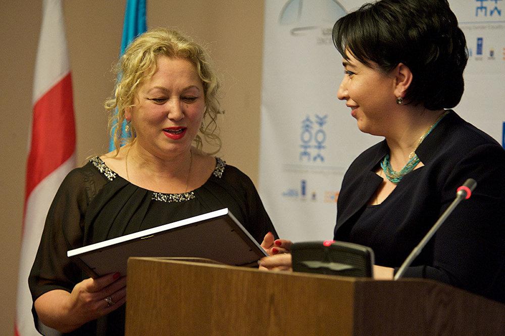 Среди тех, кто вручал награды победителям, было много женщин, которые сегодня занимают высокие посты в руководстве Грузии и занимаются политической и общественной деятельностью.