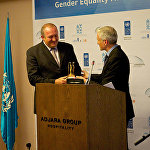 Первая награда была вручена президенту Грузии Георгию Маргвелашвили за его вклад в борьбу за права женщин, и объявление 2015 года в Грузии Годом женщин и гендерного равноправия.