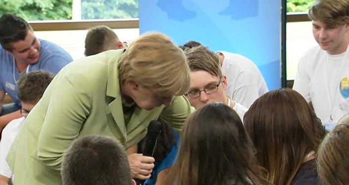 Меркель довела до слез палестинскую девочку высказыванием о беженцах