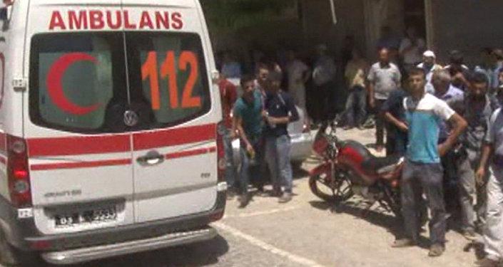 Толпа собралась у взорванного террористом-смертником кафе в Суруче