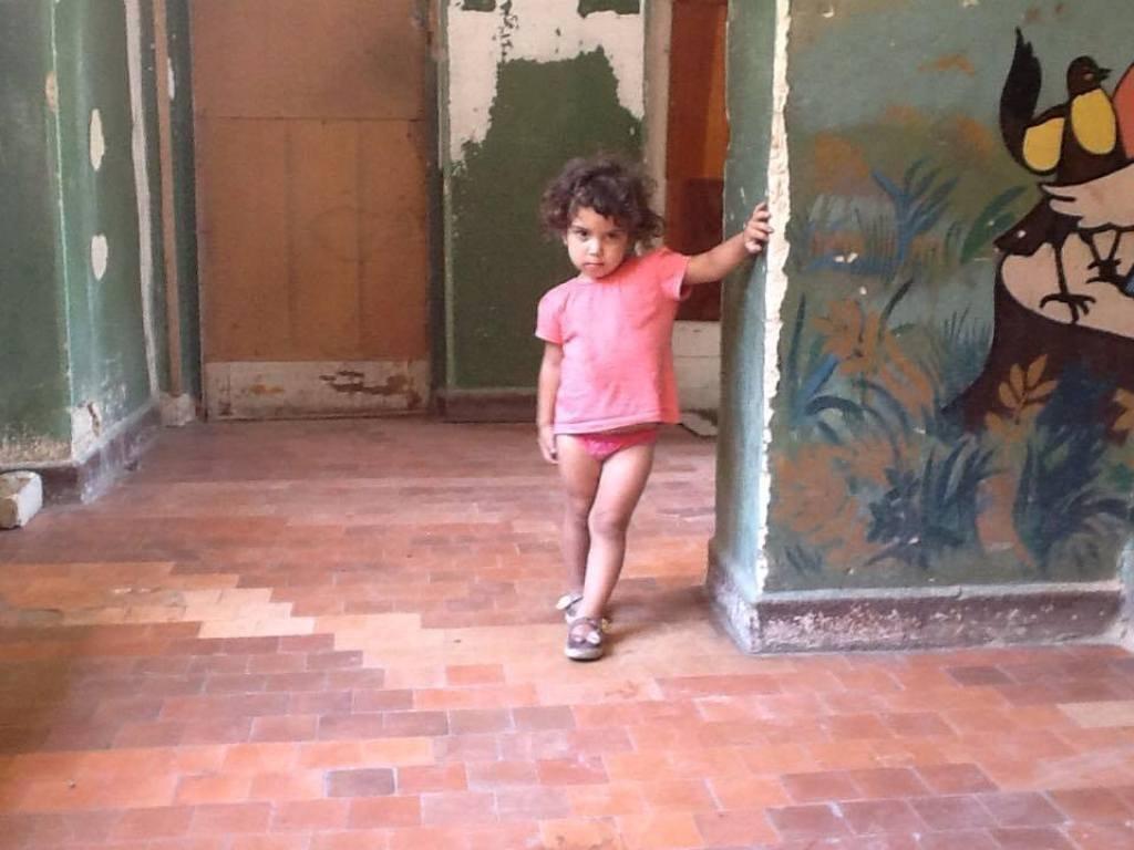 Девочка 5 лет живет в заброшенном детсаду вместе с матерью и четырьмя сестрами